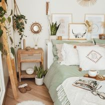 This room features all the calm vibes you seek. Starting with a white neutral base, bring in touches of warmth by adding natural wood. Rustic touches always have a way of making a space feel cozy and welcoming. What do you think?   Link in Bio to Shop 👆 📸 Via: @thewhitehoneyhome  